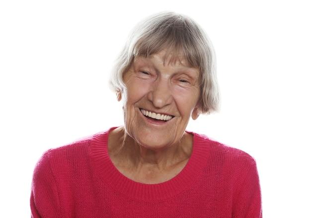 Alte glückliche überraschte frau über weißer wand, lebensstilkonzept