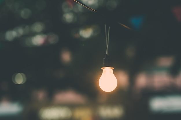 Alte glühbirne leuchtet in der nacht