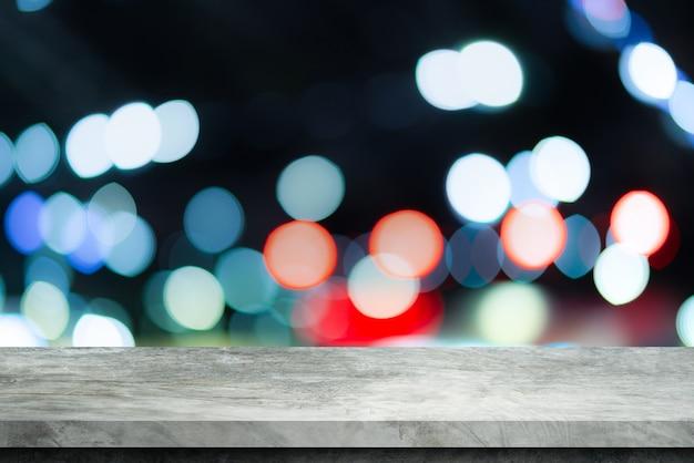Alte graue zementregaltabelle mit unschärfe bokeh hintergrund