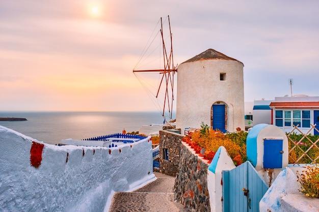 Alte griechische windmühle auf der insel santorini in der stadt oia mit treppen in der straße santorini griechenland?