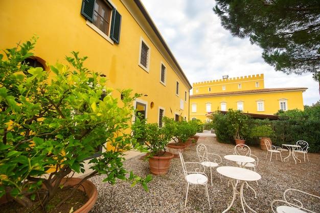 Alte große gelbe villa in der toskana