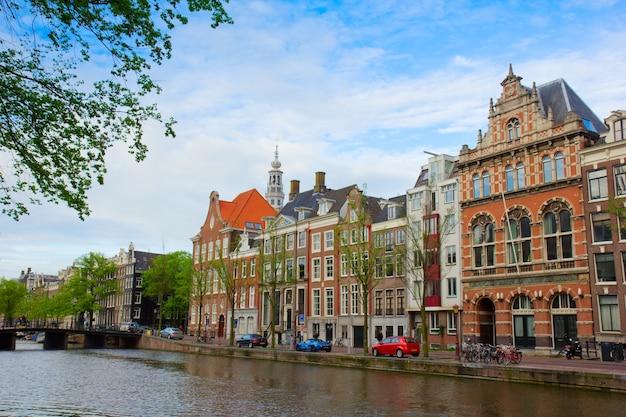 Alte häuser am kanal in amsterdam, niederlande