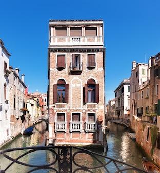 Alte häuser und wasserstraßen in zentralem venedig in italien