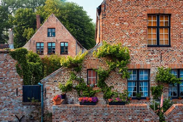 Alte häuser von begijnhof beginenhof mit blumen in brügge belgien
