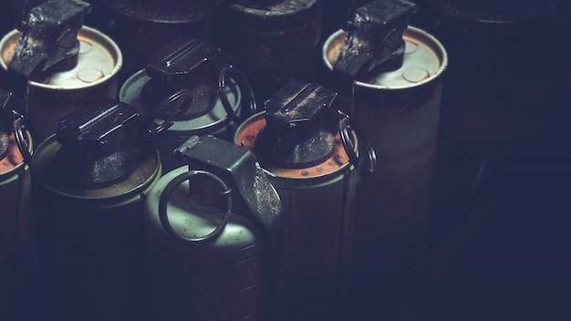 Alte handgranaten im kasten mit dunklem hintergrund. alte militärische ausrüstung im vietnamkrieg