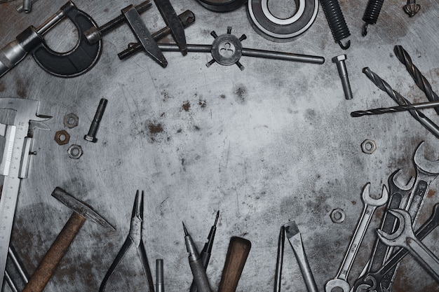 Alte handwerkzeuge auf metall-grunge-oberfläche
