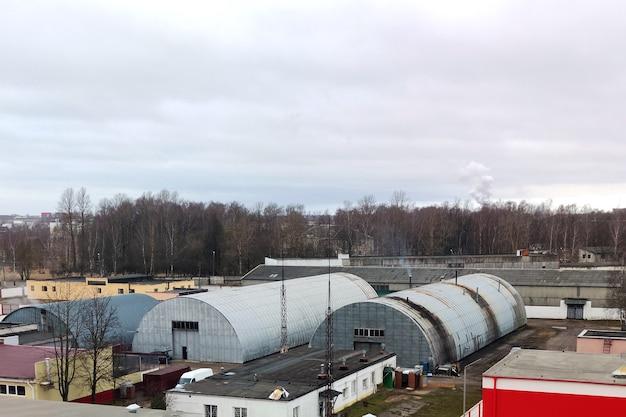Alte hangars werden als lager und fabriken genutzt. für jeden zweck.