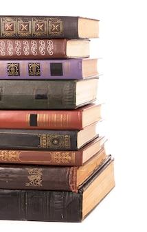 Alte hardcover-stapelbücher lokalisiert auf weiß