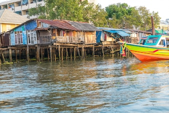 Alte Häuser am Chao Phraya Flussufer. Bangkok, Thailand.