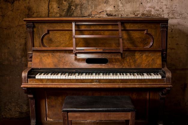 Alte hölzerne klaviertasten auf hölzernem musikinstrument