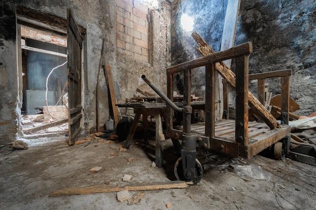 Alte hölzerne schubkarre in einem verlassenen lager