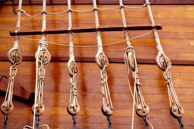 Alte hölzerne segelbootflaschenzüge und -seile