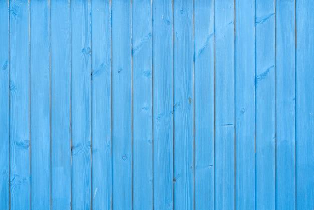 Alte hölzerne vintage-planken bedeckt mit flockiger blauer farbe. holz textur.