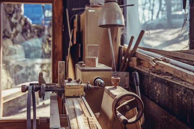Alte holzbearbeitungsmaschine in verlassener zimmerei