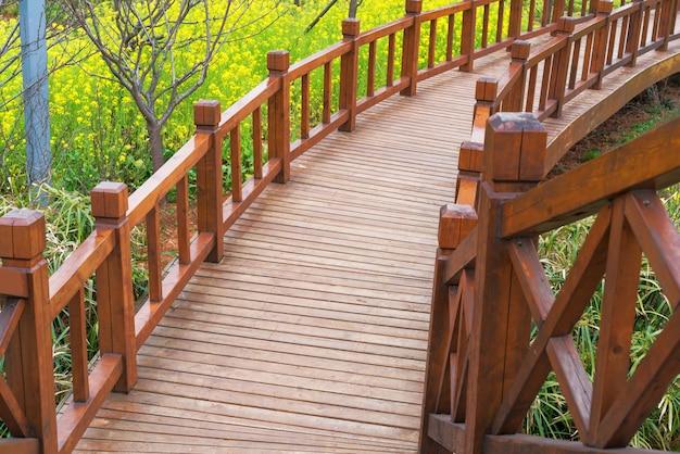 Alte holzbrücke im tiefen wald, natürlicher weinlesehintergrund
