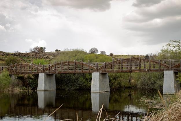 Alte holzbrücke über einem fluss