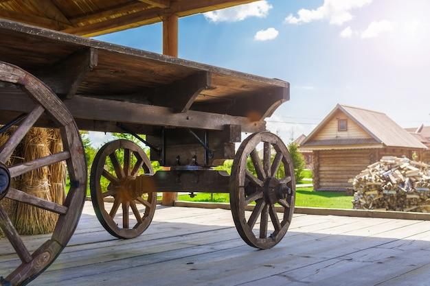 Alte holzkunststände im historischen museum unter freiem himmel