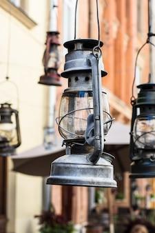 Alte hurrikanlampe auf der straße. vintage lampe kerosinlampe. altmodische ausrüstung. ga