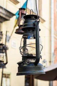 Alte hurrikanlaternenstraße. vintage lampe kerosinlampe. altmodisch. uralte einrichtung. retr