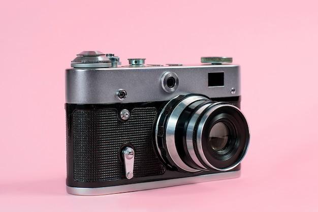 Alte kamera auf einem rosa hintergrund
