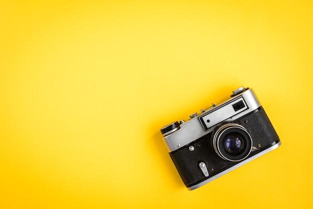 Alte kamera auf gelb