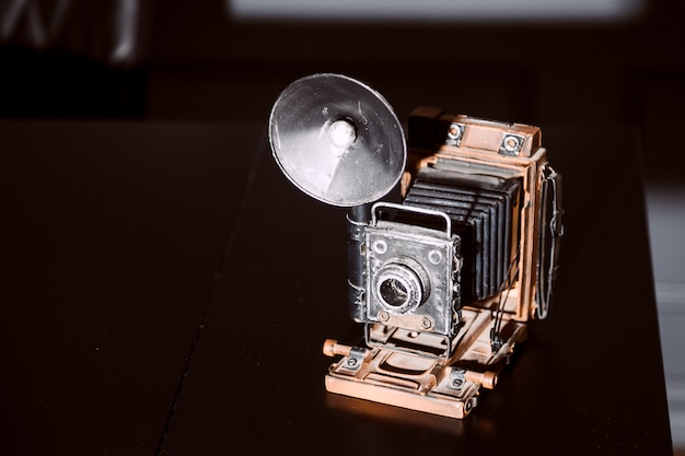 Alte kamera auf holztischweinleseart