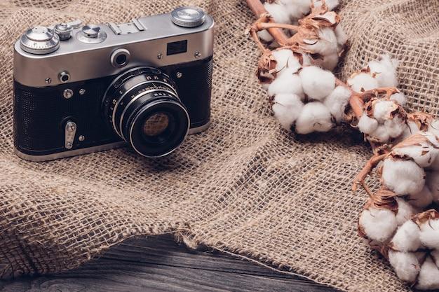 Alte kamera auf sackleinen mit baumwolle