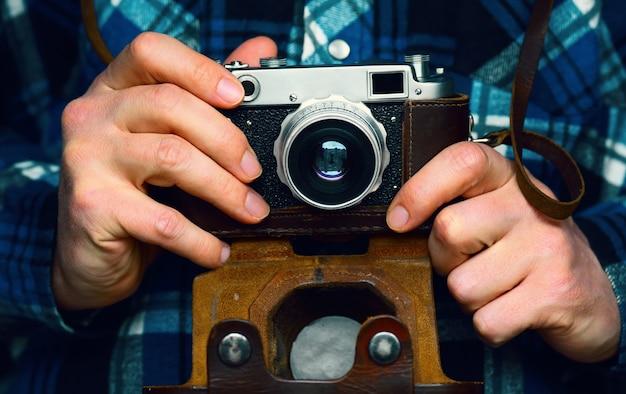 Alte kamera in den händen des fotografen