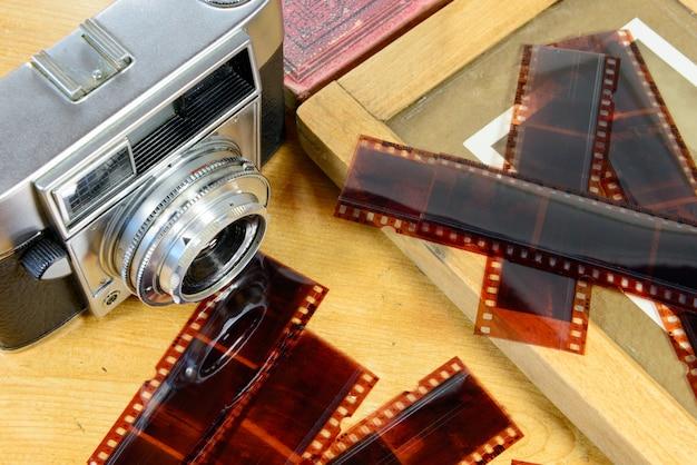 Alte kamera mit etwas zubehör