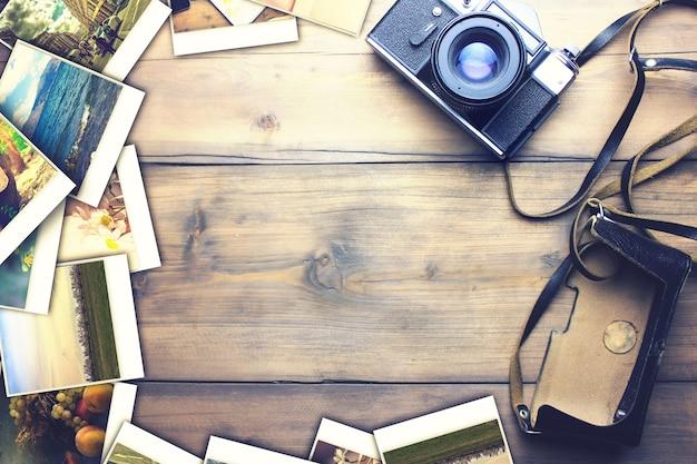 Alte kamera und fotos auf holztisch