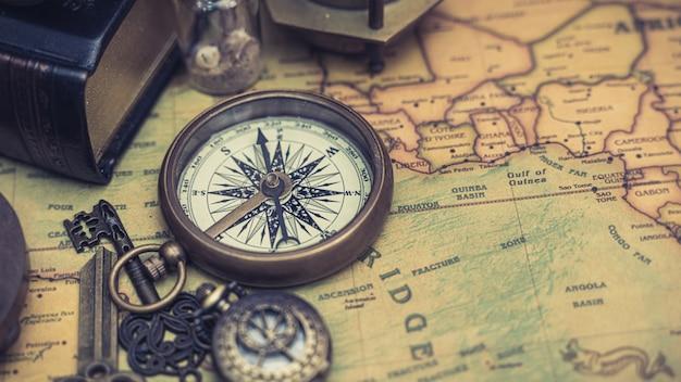 Alte karte mit kompasshalskette