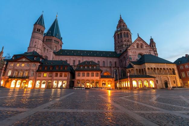 Alte kathedrale dom in mainz stadt, deutschland am abend