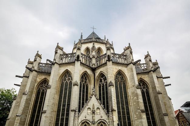 Alte kathedrale kirchenfassade, altes europa.