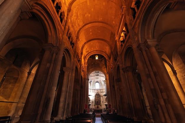 Alte kathedrale mit einer großen anzahl von bögen und säulen