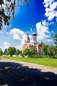 Alte kirche auf einem blauen himmelhintergrund. schöne landschaft