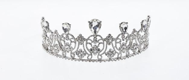 Alte königliche krone auf einem weißen isolierten hintergrund