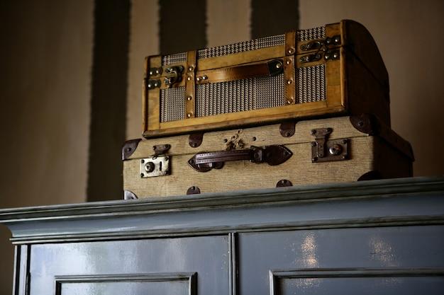 Alte koffer über dem kleiderschrank