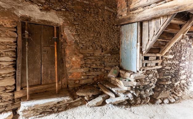 Alte konstruktion aus schiefer und handgefertigten holztreppen und zwei streben halten den sturz