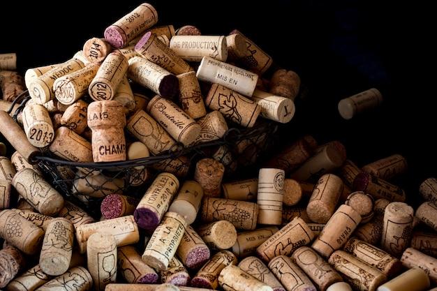 Alte korkenstopfen der französischen weine in einem drahtkorb
