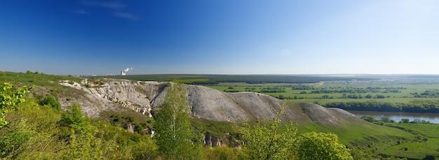 Alte kreideberge in zentralrussland. eine landschaftsansicht der gipfel und hügel.
