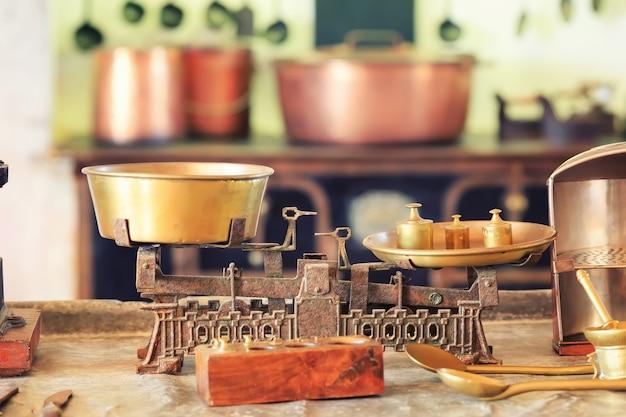 Alte küchenwaage steht auf dem tisch