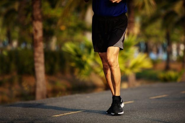 Alte läuferfüße, die auf asphaltstraßennahaufnahme laufen