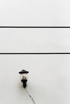 Alte lampe mit weißem hintergrund neben der wand