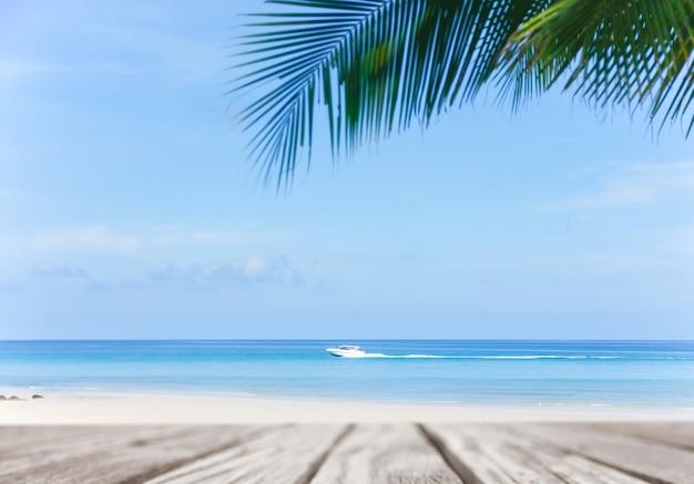 Alte leere hölzerne pierperspektive mit sandigem strand sandstrand und schöner seehintergrund im sommer.