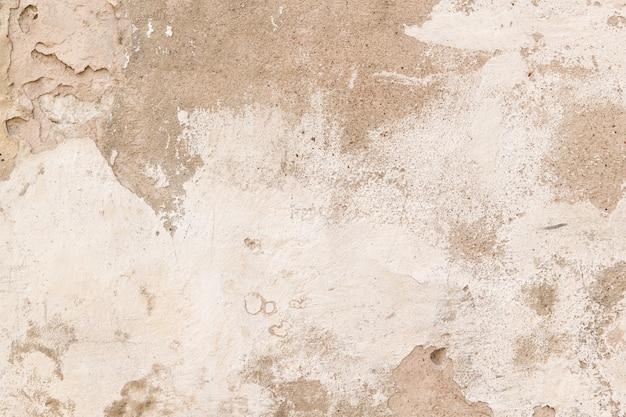 Alte leere schmutzige putzwand mit rissiger struktur als hintergrund.