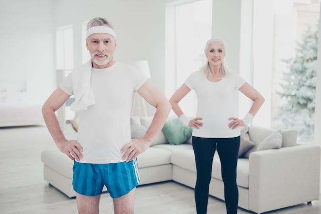 Alte leute machen zu hause körperliche übungen