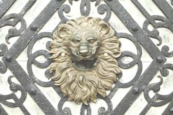 Alte Löwenkopf Tür