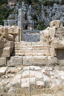 Alte lykische nekropole mit in felsen in mira geschnitztem grab
