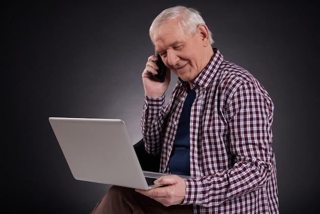 Alte menschen interagieren mit moderner technologie.