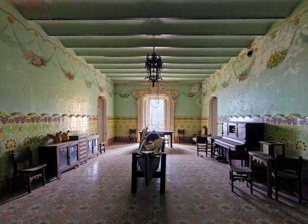 Alte modernistische halle